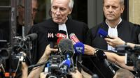 Les avocats de Murielle Bolle, Jean-Paul Teissonnière (g) et Christophe Ballorin, font une déclaration aux journalistes devant la Cour d'appel de Dijon, le 4 août 2017 [PHILIPPE DESMAZES / AFP/Archives]