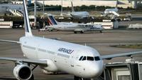 """Le préavis des hôtesses et stewards d'Air France déposé du 27 juillet au 2 août """"est maintenu"""" pour l'heure, a-t-on appris lundi auprès du SNPNC-FO [ERIC FEFERBERG / AFP/Archives]"""