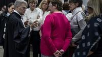 L'avocat des plaignants, Me Christophe Lèguevaques aux côtés de certains de ses clients, à Villeurbanne le 3 décembre 2018 [JEAN-PHILIPPE KSIAZEK / AFP]