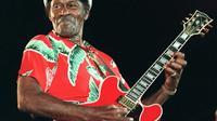 Le guitariste américain Chuck Berry joue en solo lors de son concert le 17 juillet 1998 à Nice [VANINA LUCCHESI / AFP/Archives]