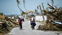 Des habitants de Marsh Harbour constatent les dégâts le 5 septembre 2019 [Brendan Smialowski / AFP]