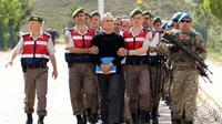 Un ancien chef de l'armée de l'air, Akin Öztürk, accusé d'avoir participé au coup d'Etat manqué du 15 juillet, est conduit à son procès, dans une prison près d'Ankara, le 22 mai 2017 [ADEM ALTAN / AFP]