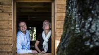 Philippe et Céline Bossane,  les fondateurs d'Huttopia dans une de leurs cabanes en pin naturel à Saint-Genis-les Ollières, près de Lyon, le 25 juin 2018  [JEAN-PHILIPPE KSIAZEK / AFP/Archives]