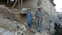Des Pakistanais au milieu des ruines de leurs maisons détruites par le séisme, le 26 octobre 2015 à Bajaur  [ANWARULLAH KHAN / AFP]