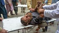 Une victime d'un attentat contre une mosquée de l'est de l'Afghanistan, qui a fait des dizaines de morts le 18 octobre 2019 [NOORULLAH SHIRZADA / AFP]