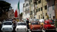 Plus de 1.200 Fiat 500 en provenance de diverses régions d'Europe rassemblées le 8 juillet 2017 à Garlenda, dans le nord-ouest de l'Italie, pour célébrer les 60 ans de cette icône. [Marco BERTORELLO / AFP]