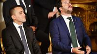 Le ministre de l'Intérieur italien et vice-Premier ministre Matteo Salvini (D) aux côtés de l'autre vice-Premier ministre Luigi Di Maio durant la cérémonie d'investiture du nouveau gouvernement à Rome le 1er juin 2018 [Alberto PIZZOLI / AFP/Archives]