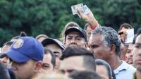 Des Vénézuéliens font la queue pour traverser le pont frontalier Simon Bolivar et entrer en Colombie, le 8 juin à  San Antonio del Táchira, au Venezuela [Schneyder MENDOZA / AFP]