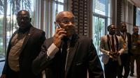 Le président de la CAF Ahmad Ahmad (c) au téléphone à sa sortie de la réunion extraordinaire à Accra visant à retirer l'organisation de la CAN-2019 au Cameroun le 30 novembre 2018 [CRISTINA ALDEHUELA / AFP]