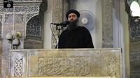 Capture d'écran d'une vidéo de propagande, diffusée le 5 juillet 2014 par al-Furqan, montrant le chef de l'organisation Etat islamique, Abou Bakr al-Baghdadi, à Mossoul [- / AL-FURQAN MEDIA/AFP/Archives]