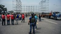 Un agent des services de renseignement assiste à la mise en place de la scène du concert organisé du côté vénézuélien du pont international de Tachira, le 21 février 2019 [Juan BARRETO / AFP]