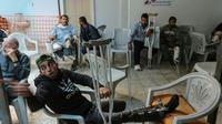Des Palestiniens, blessés lors d'affrontements avec les forces israéliennes dans la bande de Gaza près de la frontière avec Israël, attendent des soins dans une clinique de Médecins sans frontières le 25 avril 2018 [MAHMUD HAMS / AFP]