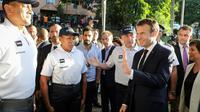 Emmanuel Macron rencontre des policiers à Nouméa, le 4 mai 2018 [Ludovic MARIN / AFP]