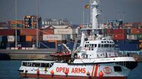 Le bateau de l'ONG espagnole Proactiva Open Arms, avec des migrants secourus au large de la Libye arrive à Barcelone, en Espagne, le 4 juillet 2018 [LLUIS GENE / AFP]