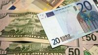 Coupures d'euros et de dollars photographiés, le 17 juillet 2015 à Lille [DENIS CHARLET / AFP/Archives]