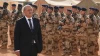Le ministre de la Défense, Jean-Yves Le Drian lors d'une revue de troupes, le 2 janvier 2015, à Gao au nord du Mali. [DOMINIQUE FAGET / AFP/Archives]