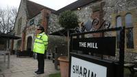 Un policier devant le Mill Pub à Salisbury, dans le sud de l'Angleterre, le 11 mars 2018 [Daniel LEAL-OLIVAS / AFP]