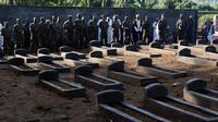 Des officiers comoriens, le 30 juin 2010 à Moroni, devant les tombes des victimes du vol de la Yemenia  [Yusuf Ibrahim / AFP/Archives]