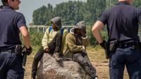 Des policiers surveillent des migrants à Calais, le 1er juin 2017 [PHILIPPE HUGUEN / AFP/Archives]
