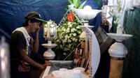Lilia Jacobe pleure son petit-fils Bryan Conje, disparu le 2 juillet et retrouvé mort le 5 sous le pont où il vivait, le 7 juillet 2019 à Manille [Noel CELIS / AFP]