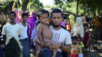 Mohammad Ayaz et son fils, seuls survivants d'une famille rohingya birmane, dans un camp de réfugiés à Ukhiya, au Bangladesh, le 24 novembre 2016 [SAM JAHAN / AFP]