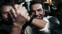 Le Premier ministre grec, Alexis Tsipras, congratulé par ses partisans à Athènes après sa victoire aux législatives, le 20 septembre 2015 [ANGELOS TZORTZINIS / AFP]