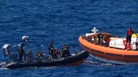 Des militants de l'ONG Proactiva Open Arms viennent au secours d emigrants près de l'île italienne de Lampedusa le 20 août 2019, sur une capture d'écran d'une vidéo de Local Team [- / LOCALTEAM/AFP/Archives]