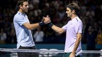 Roger Federer (d), vainqueur du tournoi de Bâle, serre la main de son adversaire l'Argentin Juan Martin del Potro à la fin de la rencontre, le 29 octobre 2019 [Fabrice COFFRINI / AFP]