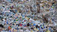 Des montagnes de déchets dans une usine de recyclage [Jean-Francois Monier / AFP/Archives]