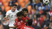 Le défenseur uruguayen José Gimenez (g) marque le but de la victoire de la tête contre l'Egypte, le 15 juin 2018 à Ekaterinbourg   [JORGE GUERRERO / AFP]