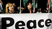 Des Chypriotes grecs et turcs participent à un rassemblement pour la paix et la réunification de l'île, le 10 janvier 2017 à Nicosie [Iakovos Hatzistavrou / AFP]