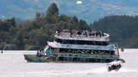 Le bateau l'Almirante chavire avec 170 passagers à bord le 25 juin à Guatape (Colombie)  [Juan QUIROZ / AFP]