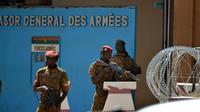 Des soldats burkinabè en faction le 3 mars 2018 devant le siège de l'état-major à Ouagadougou, au lendemain de la double attaque jihadiste [Ahmed OUOBA / AFP]
