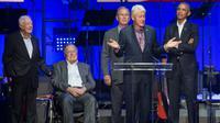 Les cinq derniers présidents américains Jimmy Carter, George H. W. Bush, George W. Bush, Bill Clinton et Barack Obama lors d'un concert pour lever des fonds pour les victimes des ouragans, à College Station, le 21 octobre 2017 au Texas [JIM CHAPIN / AFP]