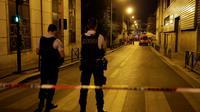 Des policiers bloquent une rue après un  incendie dans un immeuble d'habitation à Aubervilliers, le 19 août 2018 [Thomas SAMSON / AFP]