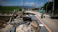 Une route effondrée sous l'effet des pluies diluviennes, le 10 juillet 2018 à Kurashiki, dans le sud du Japon. [Martin BUREAU / AFP]