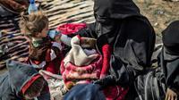 La veuve d'un jihadiste français et ses cinq enfants à  Baghouz dans l'est de la Syrie [Delil SOULEIMAN / AFP/Archives]