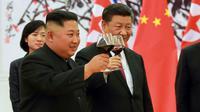Le leader nord-coréen Kim Jong-un et le président chinois Xi Jinping (d) portent un toast, au Palais du Peuple, le 19 juin 2018 à Pékin [- / KCNA VIA KNS/AFP]