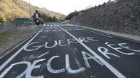 Des opposants à la réintroduction d'ours bloquent une route à Sarrance, le 3 octobre 2018 dans les Pyrénées-Atlantiques [IROZ GAIZKA / AFP]