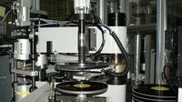 Une machine pour fabriquer des disques vinyles dans une usine Sony à Yoshida, sur une photo fournie par la compagnie le 28 juin 2017 [Handout / AFP]