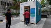 Une cabine pour fumeurs, créée par Southern Globe Corporation (SGC), peut accueillir jusqu'à dix personnes, photo prise le 22 mai 2019 à Singapour [Roslan RAHMAN / AFP]