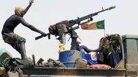 Un soldat malien patrouille la route entre Kidal et Gao, le 29 juillet 2013, dans le nord du Mali [KENZO TRIBOUILLARD / AFP/Archives]