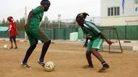 """Des footballeuses soudanaises de l'équipe """"le Défi"""" s'entraînent, le 13 août 2015, près de l'aéroport de Khartoum [ASHRAF SHAZLY / AFP]"""