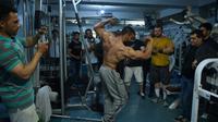 Hares Mohammadi, un bodybuilder afghan dans un salle de musculation à Kaboul, le 16 avril 2018 [WAKIL KOHSAR / AFP]
