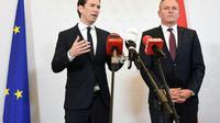 Le chancelier autrichien Sebastian Kurz et le ministre de la Défense Mario Kunasek dévoilent devant la presse le cas de cet ancien officier de l'armée soupçonné d'avoir espionné pour le compte de la Russie. Vienne le 9 novembre 2018. [HELMUT FOHRINGER / APA/AFP]