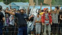 Des policiers devant un camp de réfugiés le 4 septembre 2015 à Roszke en Hongrie [Csaba Segesvari / AFP/Archives]