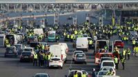 Des gilets jaunes bloquent le trafic sur l'autoroute A13, le 17 novembre 2018, à Dozulé, dans le Calvados [CHARLY TRIBALLEAU / AFP]