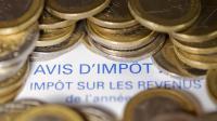 Des pièces en euros sur un avis d'imposition [Joel Saget / AFP/Archives]