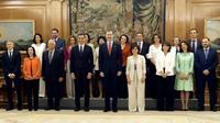 Le nouveau gouvernement espagnol pose avec le roi Felipe VI (centre) le 7 juin 2018  [Javier Lizón / POOL/AFP]
