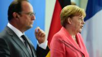La chancelière allemande Angela Merkel (D) et le président français François Hollande (G) lors d'une conférence de presse commune à la chancellerie, le 24 août 2015 à Berlin [JOHN MACDOUGALL / AFP]